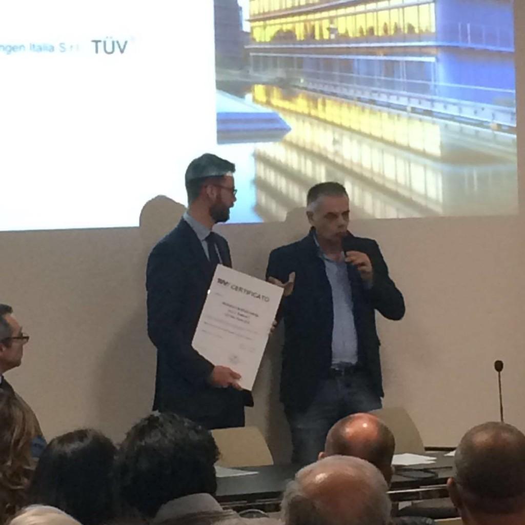 Ing. Sansone Di TUV Thuringen Italia Consegna Il Certificato Al Presidente A. Roversi